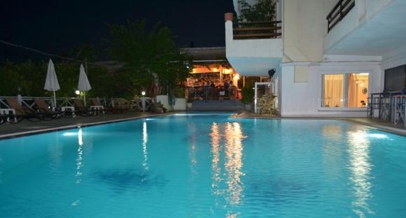 Το Ξενοδοχείο και Διαμερίσματα Saga βρίσκονται στο ιδανικό μέρος, το νησί του Ποσειδώνα, τον Πόρο. Με εκπληκτική θέα στον Πόρο και το λιμάνι από τη βεράντα του τελευταίου ορόφου, αυτό το φιλόξενο, οικογενειακά διοικούμενο ξενοδοχείο προσφέρει εξαιρετικές υπηρεσίες και άνετα δωμάτια με δωρεάν ασύρματο internet και πρωινό... Τα περισσότερα από τα φρέσκα προϊόντα που χρησιμοποιούνται στο ξενοδοχείο Saga προέρχονται από την φάρμα της οικογένειας Αλεξόπουλου. Η φάρμα βρίσκεται κοντά στην Τροιζηνία, σε λιγότερο από δέκα χιλιόμετρα από το νησί, στην Πελοπόννησο...