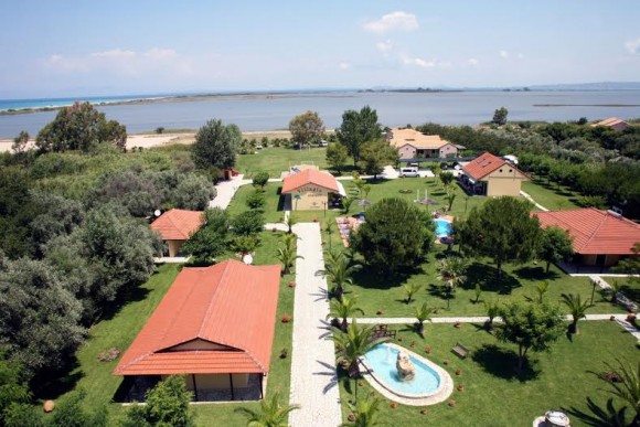 Ξενοδοχείο Villagio στη Λευκάδα, στη θάλασσα του Αγίου Ιωάννη. Απολαύστε τις καλοκαιρινές σας διακοπές στο υπέροχο ξενοδοχείο στη Λευκάδα. Πρόκειται για ένα ειδυλλιακό περιβάλλον, πλημμυρισμένο από το άρωμα των λουλουδιών και τη μαγεία του ηλιοβασιλέματος... Το συγκρότημα Villagio βρίσκεται σε μια καταπράσινη έκταση 16,000 τμ με γκαζόν, λουλούδια, φοίνικες και άλλα καλλωπιστικά δένδρα. Διαθέτει 9 κτίρια με ενοικιαζόμενα διαμερίσματα, στούντιο και bungalows. Η παραλία του Αγίου Ιωάννη είναι αμμώδης, μήκους 6χμ, βραβευμένη με γαλάζια σημαία και φημίζεται για τα πεντακάθαρα και καταγάλανα νερά της...
